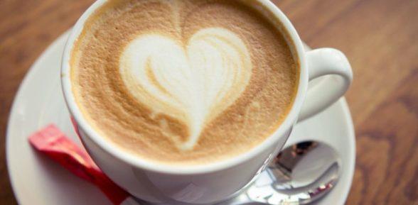 kofekapuchinopenaserdtcechashka13095132375 588x289 - Разбираемся в видах кофе