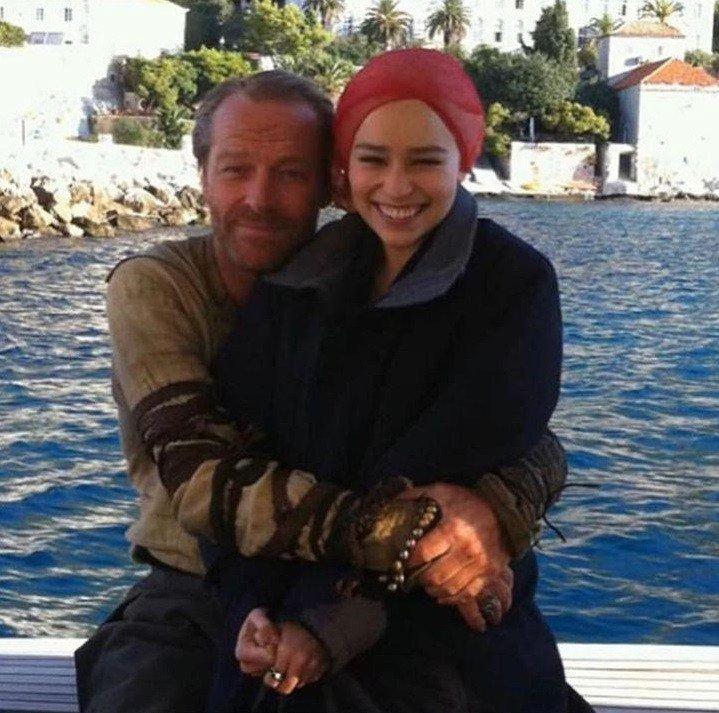 """BtZcu sS8HY - Эмилия Кларк рассказала о тяжелой болезни, которую пережила во время съемок """"Игры престолов"""""""