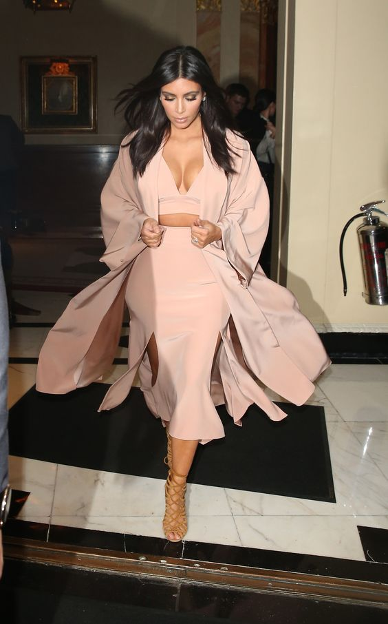 Kim Kardashyan v svetlom kostyume - Ким Кардашьян - икона стиля или образец безвкусицы?