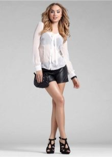 короткие шорты и блузка