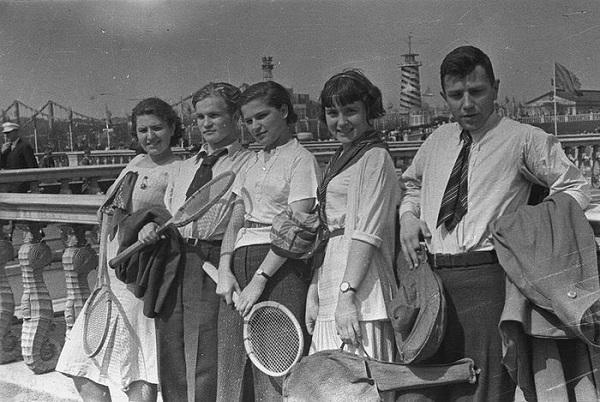 0f405b4b85e2b8b329fec48efca21406707002 - Особенности женской моды в советские времена