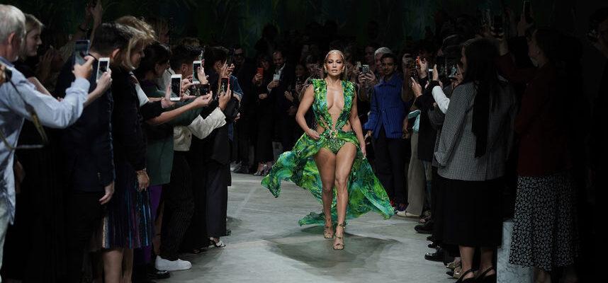 Джей Ло в тропическом платье Версаче 2020