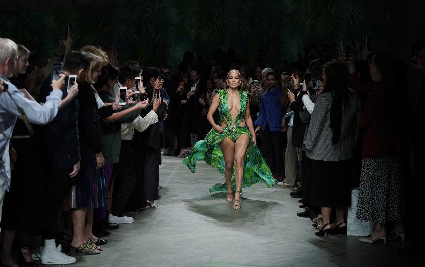 858x540 - Джей Ло вышла на показ Vesace в платье 20-летней давности
