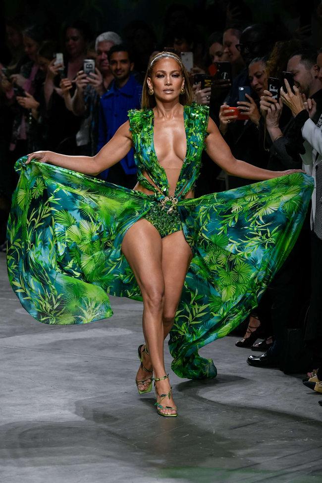 cd86 - Джей Ло вышла на показ Vesace в платье 20-летней давности