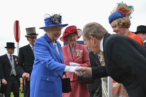 Рукопожатие с королевой Елизаветой
