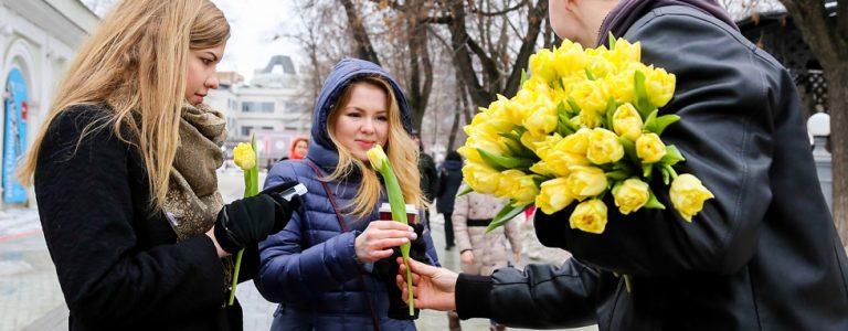 как отмечают 8 марта в России