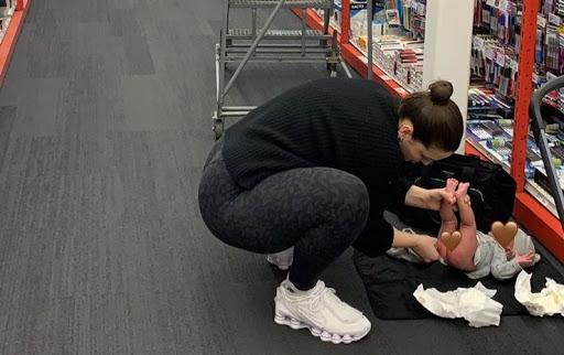 Эшли Грэм меняет подгузники ребенку в магазине