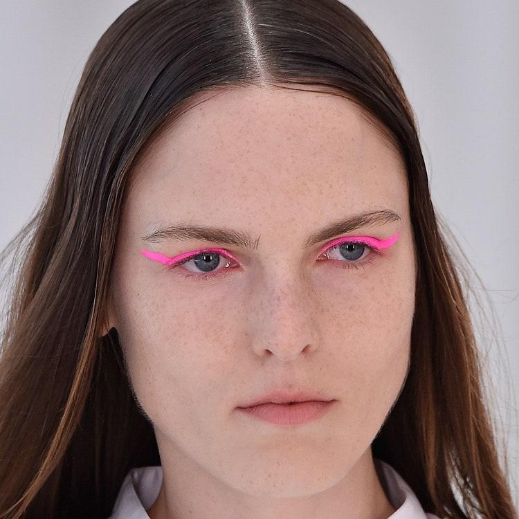 rozovye strelki - Актуальные тенденции в макияже весны 2020
