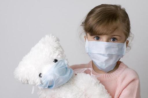 ребенок с медвежонком в маске