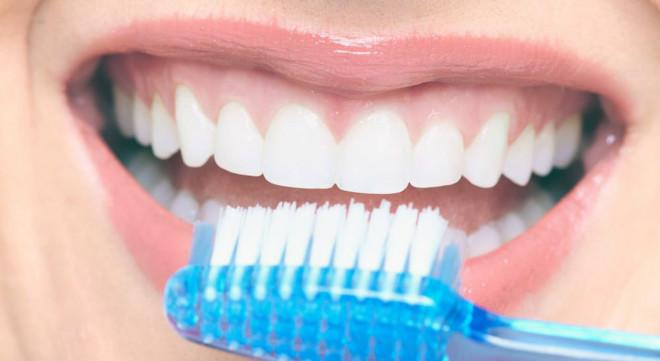 использование щетки для зубов