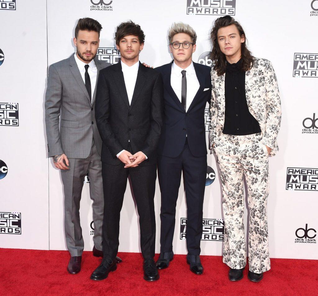 One Direction1 1024x955 - Как Гарри Стайлс стирает гендерные рамки в моде
