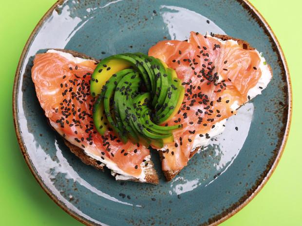 avokado i ryba - Как похудеть после праздников: советы диетолога