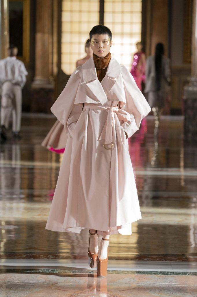 Valentino1 682x1024 - Итоги Недели кутюрной моды в Париже: размышления о пандемии, загрязнении океана и гендерном равенстве