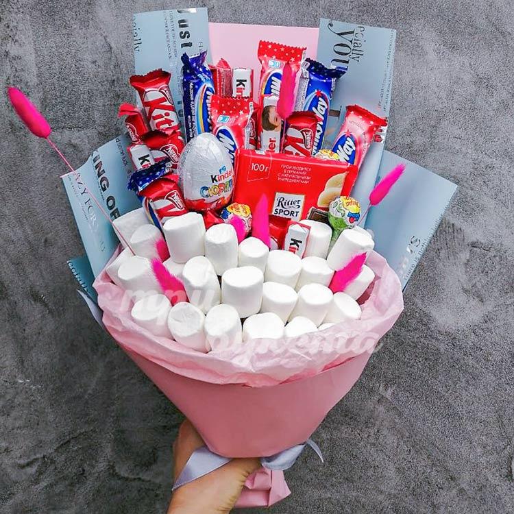 buket iz konfet i marshmellou - 10 идей подарков на День святого Валентина до 1500 рублей
