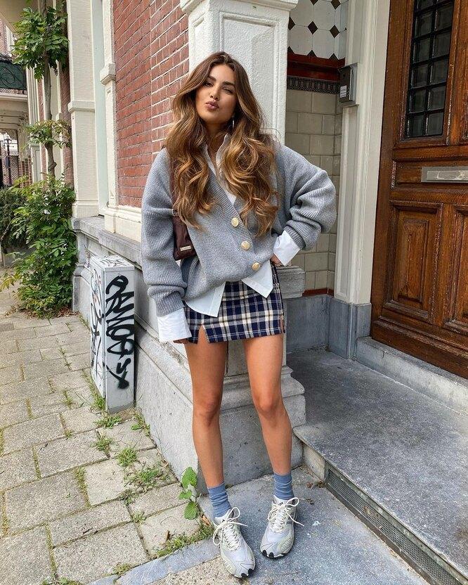 Сочетание кроссовок, носков и юбки