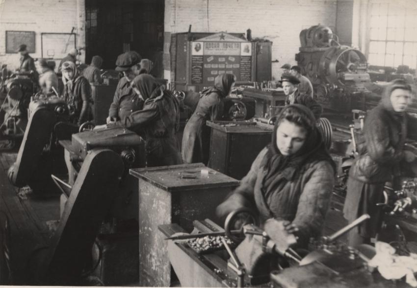 zhenshhiny na zavode 1 - Мужские кальсоны и белье из парашютов: что носили женщины во время Великой Отечественной войны