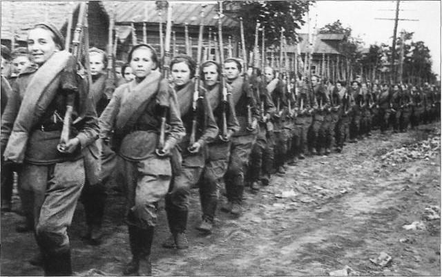 zhenshhiny voennye - Мужские кальсоны и белье из парашютов: что носили женщины во время Великой Отечественной войны